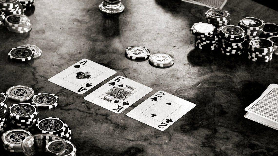 Memilih Antara Mengikuti Turnamen Atau Bermain Poker Dengan Uang Asli